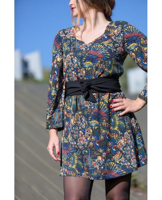 Vue de devant de la robe hysteriko Antoinette Tobacco bleu portée avec ceinture