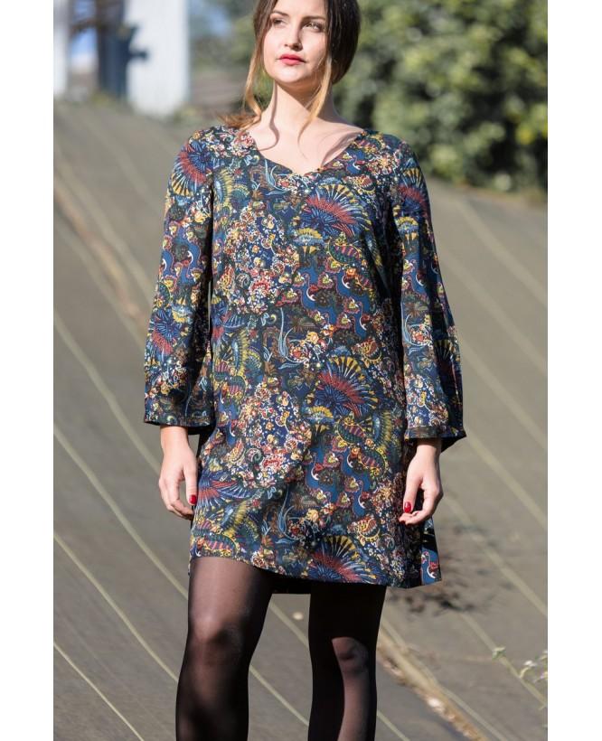 Vue de devant en pied de la robe hysteriko Antoinette Tobacco bleu portée sans ceinture