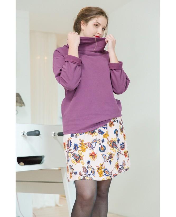 Vue de devant en pied du Sweat hysteriko Camille Cassis porté avec la jupe hysteriko Kate Rose Paisley