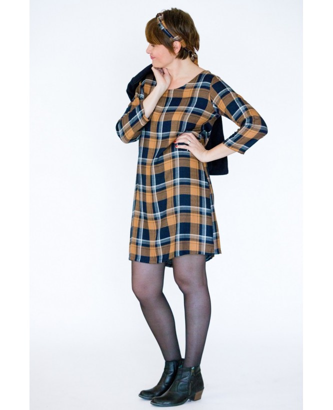 Vue de devant profil en pied de la robe hysteriko Jasmine Carreaux portée sans ceinture