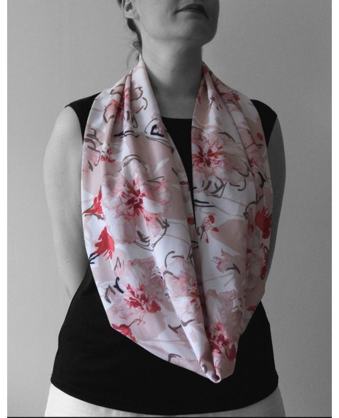 Vue de face du Snood hysteriko Sybille - Fleurs rose porté en long
