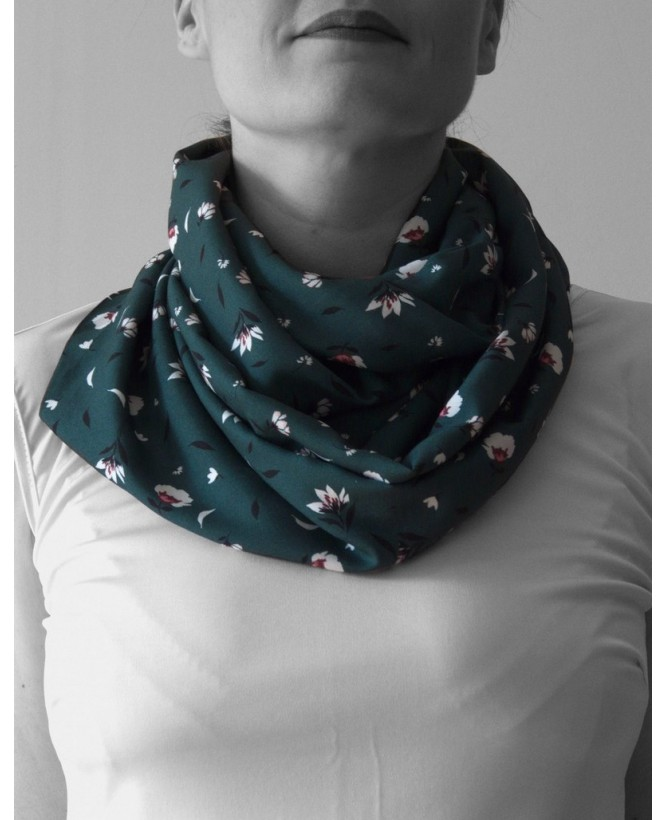 Vue de face du Snood hysteriko Sybille - Vert fleurs blanches porté en double
